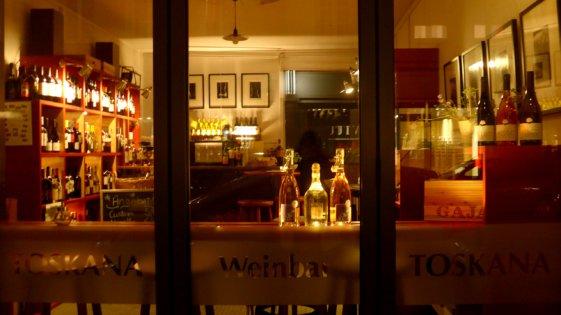 4 Toskana Weinhandlung Weinbar nachts